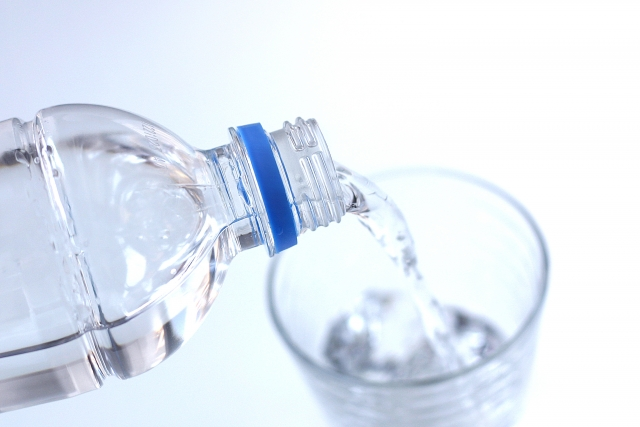 朝起きたら水コップ1杯を摂取した後も喉の渇きを感じる前に水を摂取し続けるように心がけ、1日の中で自身の体重における4%分の水を飲むようにしましょう。